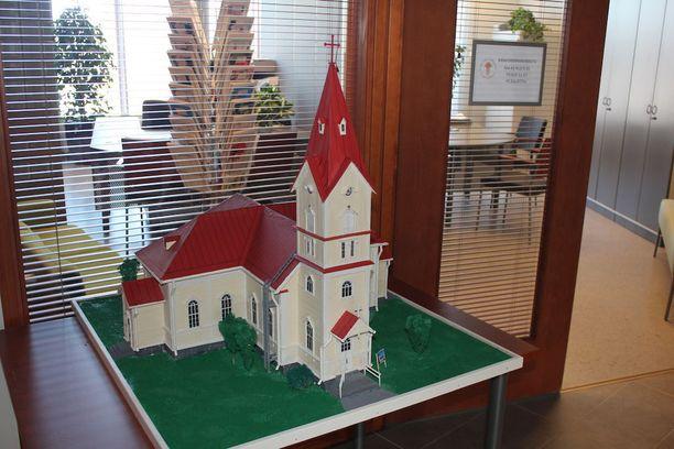 Ylivieskan kirkko paloi viime lauantaina. Vuosi sen jälkeen suunnitelmat uuden kirkon rakentamiseksi etenevät.