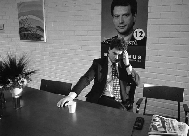 """Sauli Niinistö nousi kokoomuksen puheenjohtajaksi 1994. Uutuuskirjan mukaan puoluevaltuuston ja puoluehallituksen kokouksista tuli Niinistön aikana """"läpihuutojuttuja, joissa ei soraääniä kuultu tai kuunneltu"""". Kuva vuodelta 1995."""