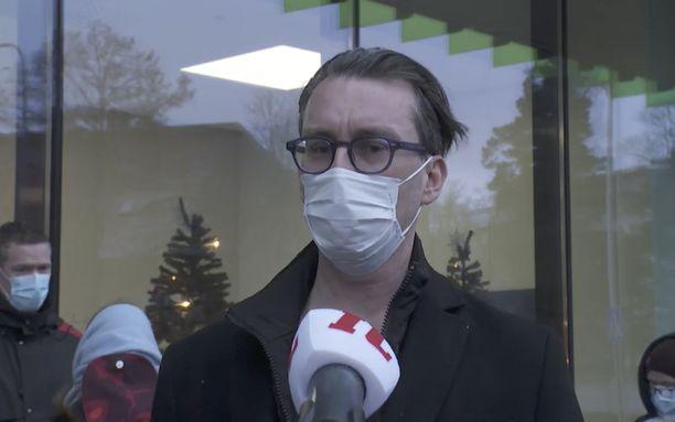 Timo Suonsyrjä oli ensimmäisten rokotuksen saaneiden joukossa. Hän toivoo, että rokotteet ovat pääsy takaisin normaaliin elämään ja että kaikki ottaisivat sen.