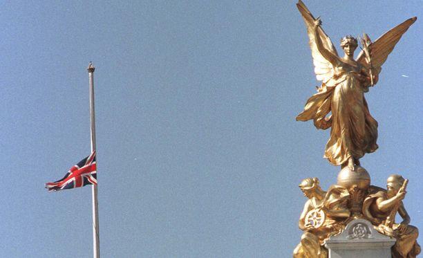 Britanniassa liput lasketaan tänään puolisalkoon Tunisian uhrien muistoksi.