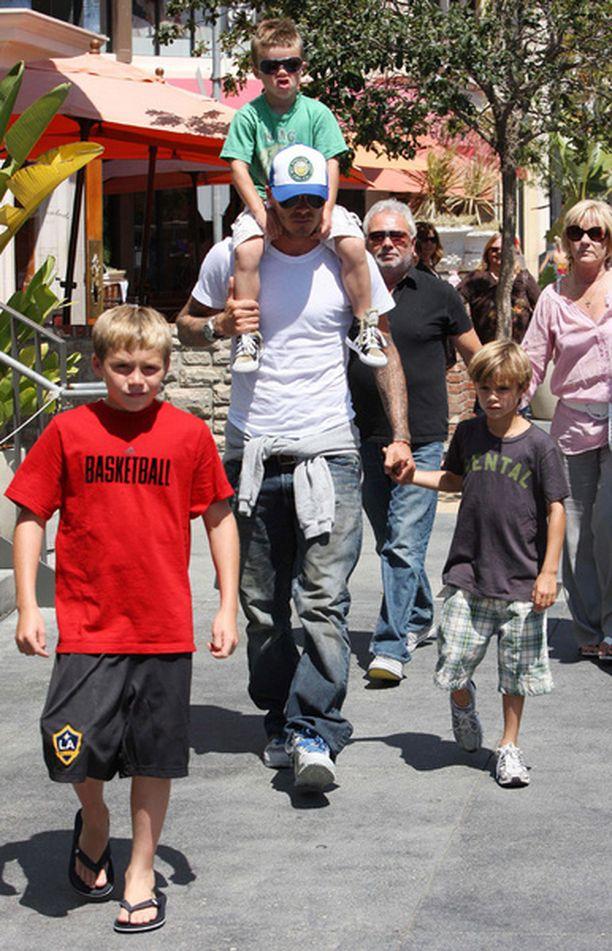 David Beckham shoppailemassa Los Angelesissa poikiensa kanssa.
