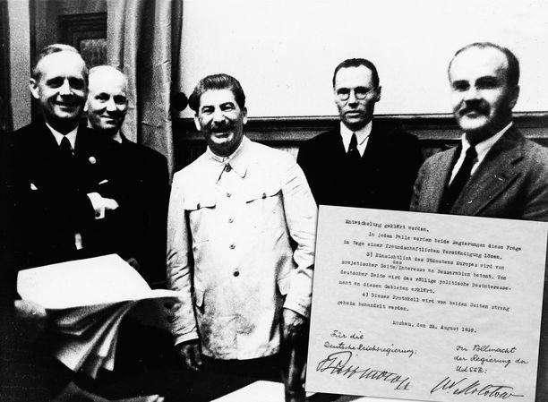 Joachim von Ribbentrop (1. vasemmalta), Josif Stalin (keskellä) ja Vjatšeslav Molotov (oikealla) kuvattuna Molotov-Ribbentrop-sopimuksen allekirjoittamisen jälkeen Moskovassa.