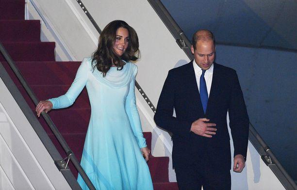 Prinssi William ja herttuatar Catherine laskeutumassa alas lentokoneesta Pakistanin Islamabadissa 14.10.2019.