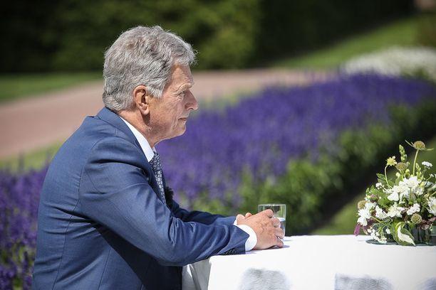 Sauli Niinistöä haastateltiin presidentin kesäasunnolta Kultarannasta.
