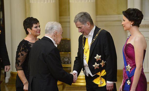 Sauli Niinistöllä ja hänen puolisollaan Jenni Haukiolla on iso kättelyurakka itsenäisyyspäivän vastaanotolla. Käteltävänä Mannerheim-ristin ritari Tuomas Gerdt vuoden 2015 Linnan juhlissa.