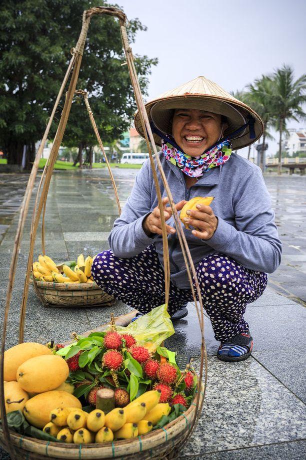 Hedelmämyyjät ovat tuttu näky Vietnamissa. Varo maksamasta liikaa!