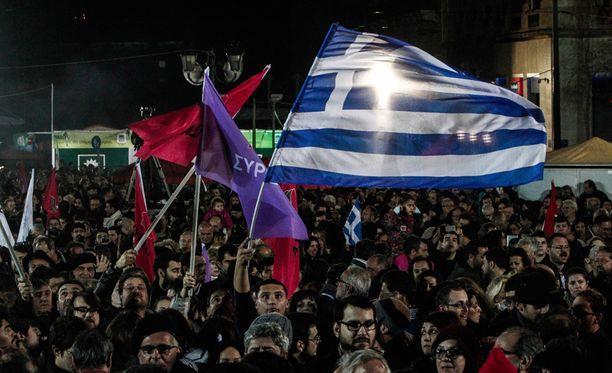 Ihmiset kokoontuivat kuuntelemaan Alexis Tsiprasin voittopuhetta Ateenaan.