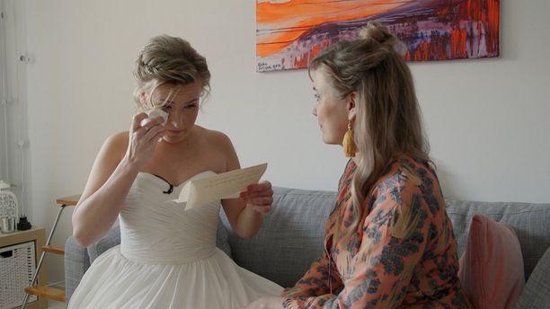 Heidi liikuttuu lukiessaan tulevalta aviomieheltään saamaansa kirjettä.