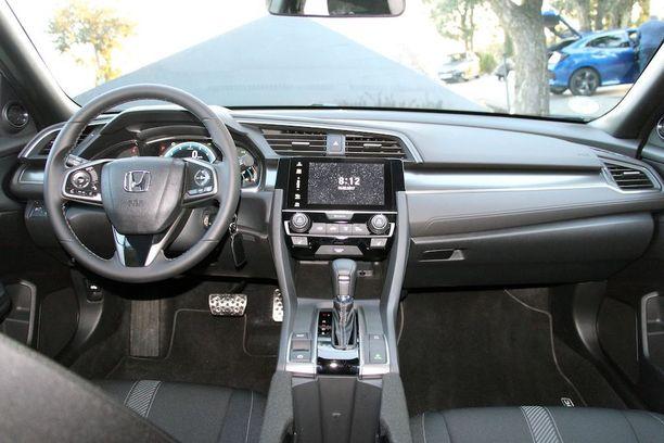 Vaikka uudessa Civicissä on reilusti vakiovarusteita on nappulaviidakko saatu pidettyä kohtuullisena. Ilmastointi toimii aidoilta säätimiltä.