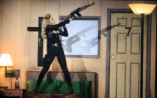 2000-luvulla MDNA-kiertue samalla lavalla nähtiin ristejä ja aseita.