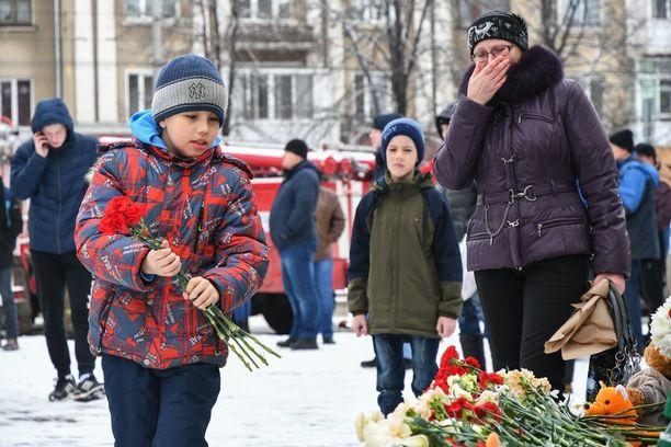 Ihmiset veivät kukkia ja kynttilöitä ostoskeskuksessa surmansa saaneille uhreille. Ainakin 64 ihmistä kuoli.