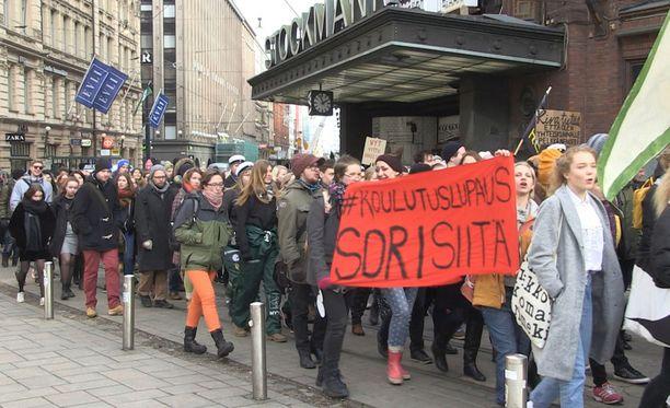 Opiskelijat marssivat opintotukeen kaavailtuja leikkauksia vastaan Helsingissä maaliskuussa 2016.