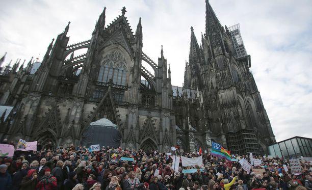 Saksan Kölnissä ihmiset osoittivat lauantaina mieltään rasismia vastaan uudenvuoden tapahtumien jälkeen.