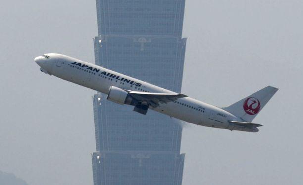 Japan Airlinesin matkustajakone. Kuvituskuva.