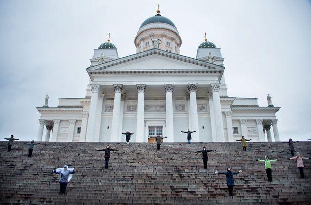 Via Crucis-tapahtuman huipentuu pitkäperjantain iltana Tuomiokirkon portaille.