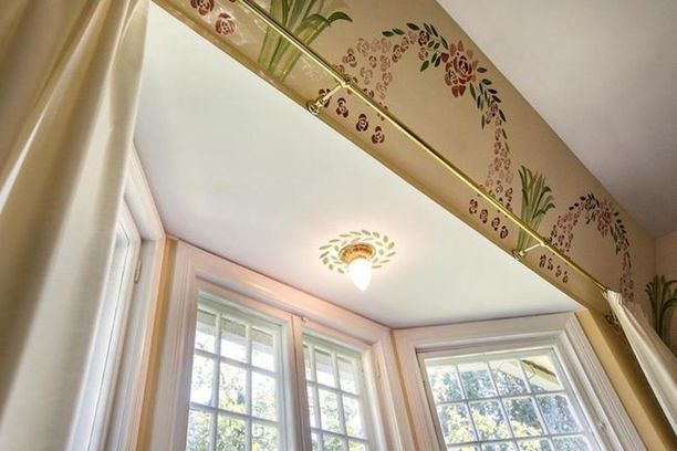 Myös erkkerin yläpuolella on upeat koristemaalaukset.