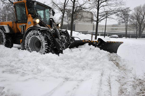 Katujen auraus on nostattanut tunteita viime päivinä Helsingissä. Kaupungin mukaan kova lumentulo on aiheuttanut haasteita kaikissa kaupunginosissa (arkistokuva).