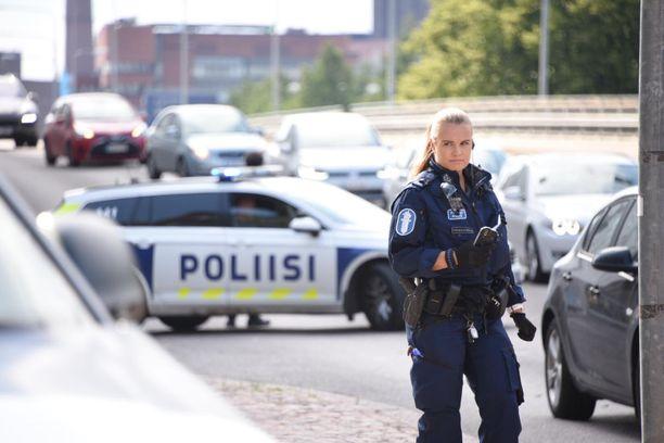 Poliisi valvoi liikennettä Hietalahden ampumavälikohtauksen tapahtumapaikalla.