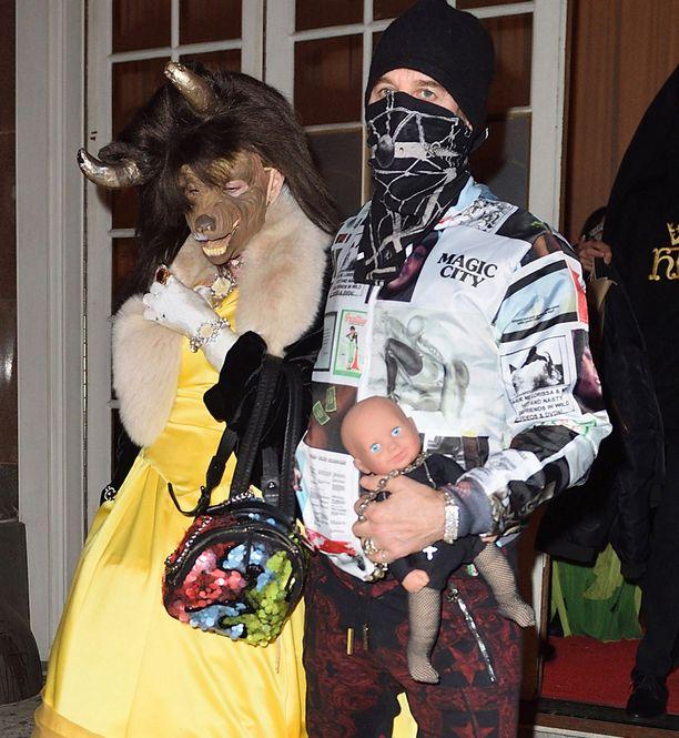 Madonnan seuralaisella Steven Kleinilla oli mukanaan myös nukke.