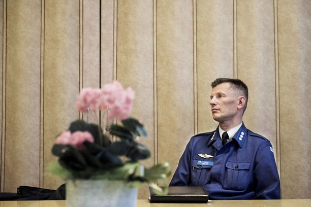 Ilmavoimien entistä komentajaa Sampo Eskelistä syytetään palvelusrikoksesta.