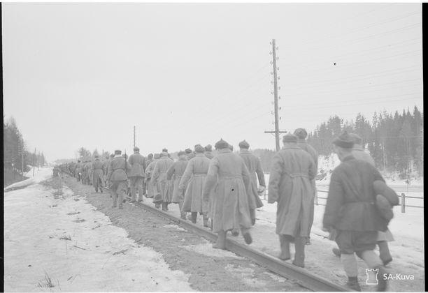 Talvisota päättyi Stalinin näkökulmasta nöyryytykseen. Tässä saatetaan venäläisiä sotavankeja rajalle vankien vaihtoa varten sodan päätyttyä huhtikuussa 1940.