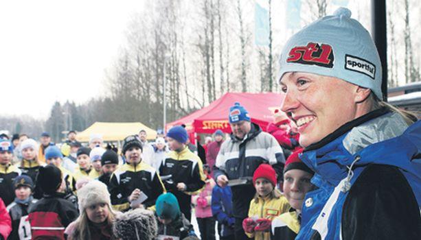 SUOSIKKI. Virpi Kuitunen kruunasi nuorten hiihtäjien päivän piipahtamalla Paloheinässä.