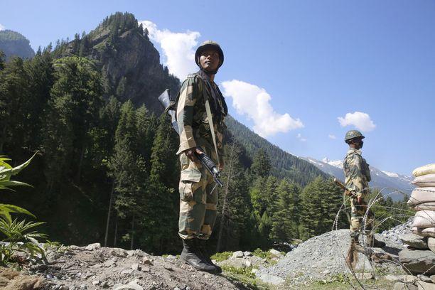 Intialaissotilaita tarkastuspisteessä Intian hallinnoimalle Ladakhin alueelle johtavan tien varrella. Kuva otettu keskiviikkona.