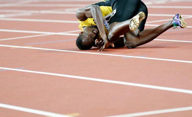 Usain Bolt kaatui maahan ennen maaliviivaa viimeisessä kisassaan.