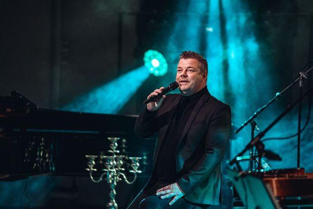 Lauantaina loppuunmyyty yleisö oli Joensuun keikalla Jari Sillanpään tukena.