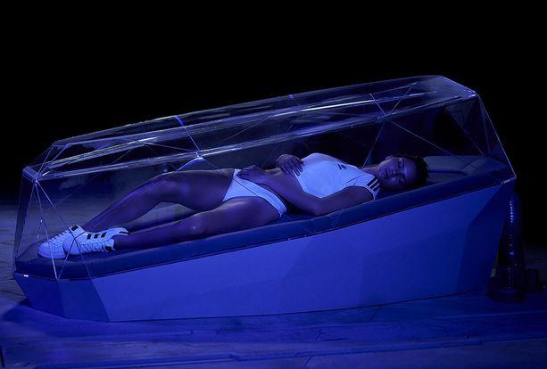 Kendall Jenner mainostaa Adidas Originalsia.