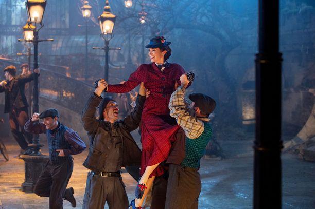 Emily Blunt näyttelee paluun tekevää Maija Poppasta.