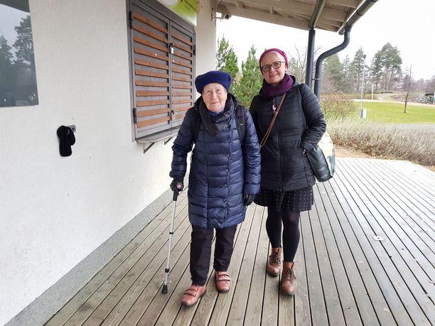 Näin sitä tullaan taas talviuinnille. Uintitarvikkeet ovat repussa. Kyydin paikalle tarjoaa tytär Hannele Nieminen.