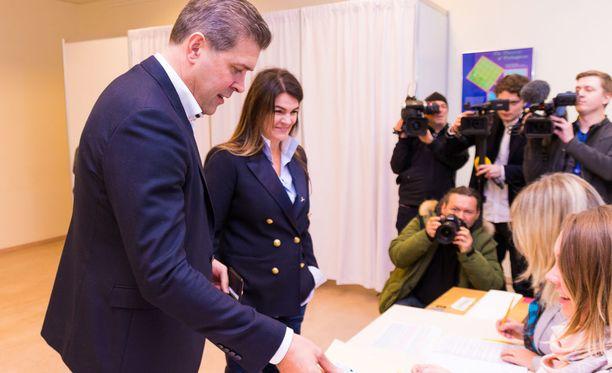 Islannin pääministeri Bjarni Benediktsson äänestämässä tänään yhdessä vaimonsa Thora Margret Baldvinsdottirin kanssa.