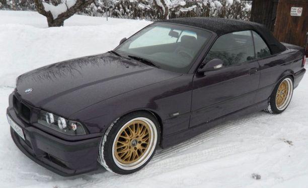 Kenin silmäterä on BMW 328 Cabriolet. - Auto on maalattu uudelleen ja uudet vanteet alla. Auton vaan pitää näyttää omalta ja hyvältä, Ken toteaa.