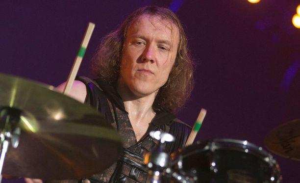 Apulannan rumpali Sipe Santapukki koostaa bändistä näyttelyä.