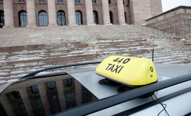 Taksiala vastustaa ministeriön kaavailemaan lupien vapauttamista.