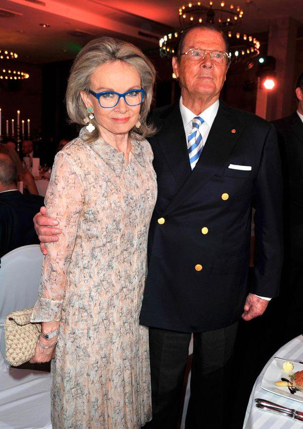 Roger Moore meni naimisiin 2000-luvun alussa nyt leskeksi jääneen Kristinan kanssa.