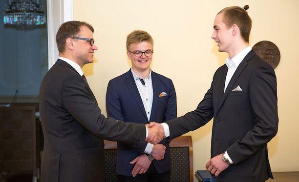 Stipendin luovuttivat Suomen pääministeri Juha Sipilä ja Lukiolaissäätiön puheenjohtaja Pietu Heiskanen.