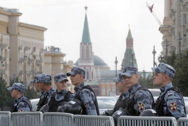 Venäjän kansalliskaartilaisia seisoi vahdissa Moskovan pormestarin toimiston ulkopuolella, kun opposition liberaalit jatkoivat mielenosoituksiaan lauantaina.