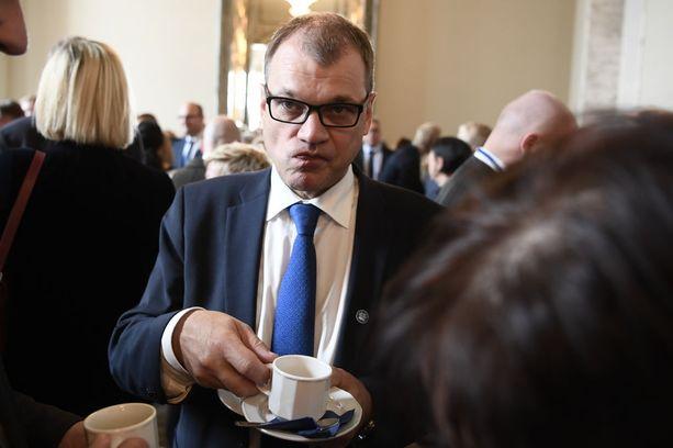 Juha Sipilän (kesk hallituksen kannalta tilanne on kaikessa koruttomuudessaan se, että jos sote nyt kaatuu, hetken päästä menee hallituskin nurin ja ensi vuonna Suomessa on joko vähemmistöhallitus tai hajotusvaalit.