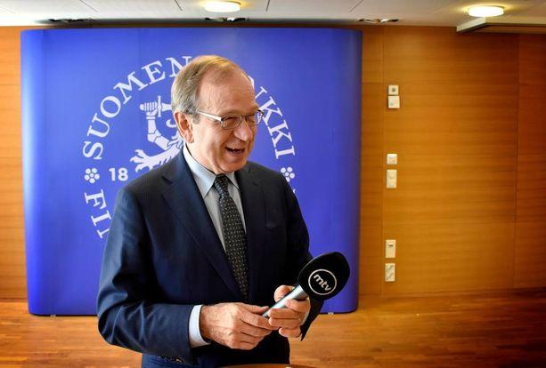 Suomen Pankin pääjohtaja Erkki Liikasta hymyilytti maanantaina MTV:n toimittajan pankin tiloihin jättämä haastattelumikrofoni.
