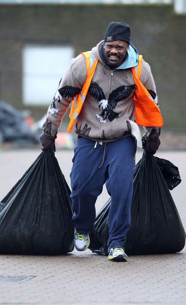 Dereck Chisora treenaa nyt roskasäkit perässään.