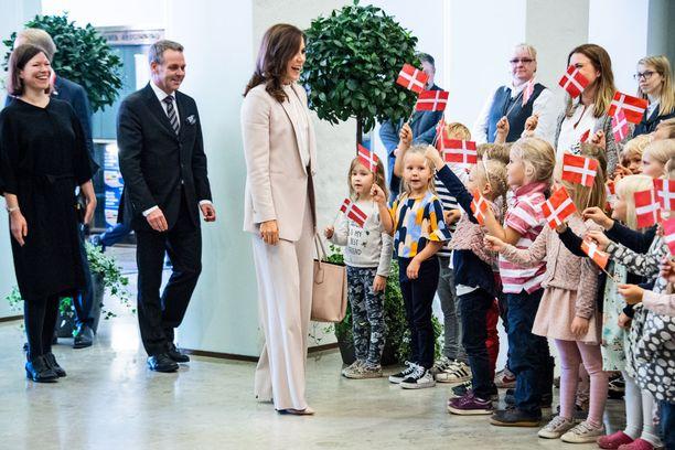 """""""Hei! Onpa teillä hienot liput!"""" Kruununprinsessa Mary jututti häntä tervehtimään saapuneita lapsia."""