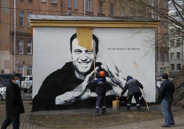 Navalnyitä esittävää graffitia ylimaalattiin torstaina Pietarissa.