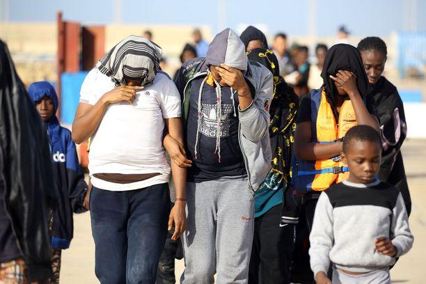 Mereltä pelastettuja ihmisiä maanantaina Tripolin edustalla.