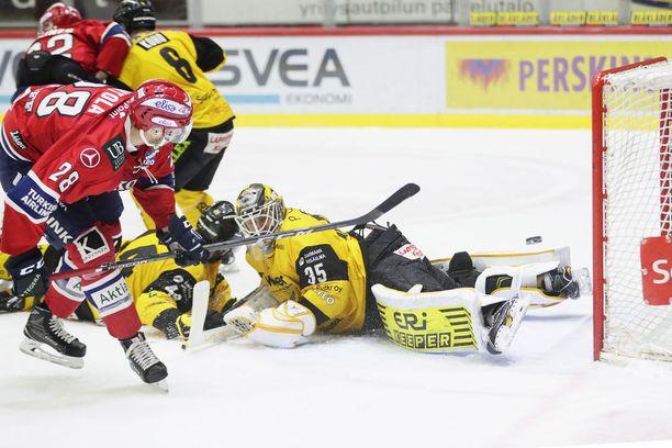 Jerry Ahtola nostaa kiekon yli SaiPa-vahti Frans Tuohimaan ja vie IFK:n 4-1-johtoon.