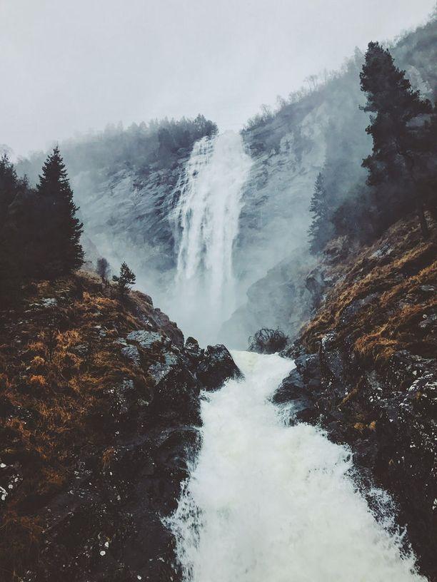 Norjassa riittää vesiputouksia.