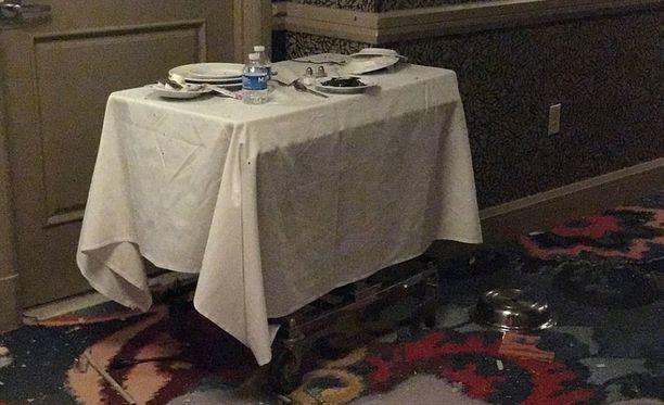 Hotelihuoneen ulkopuolella olevaan tarjoilukärryyn oli piilotettu kaksi kameraa.