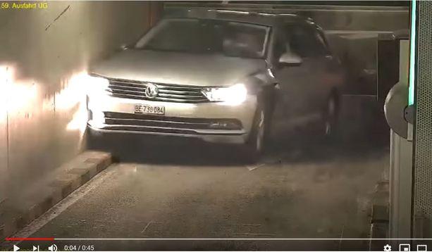Video näyttää, miten auto aloittaa kimmahtelunsa seinästä.