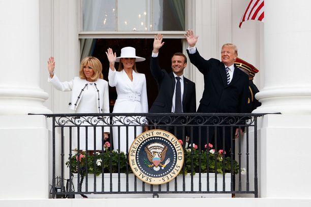Presidentit Trump ja Macron vilkuttivat Valkoisen talon parvekkeelta puolisoidensa Melania Trumpin ja Brigitte Macronin kera.